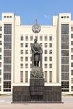 对列宁的纪念碑在政府房子前面在米斯克 免版税图库摄影