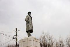 对列宁的纪念碑多云天空的背景的在Uzhur的 图库摄影