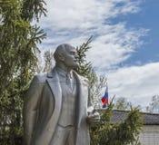 对列宁的纪念碑树的背景和俄罗斯的旗子的 免版税库存照片