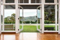 对刷新,绿色,自然风景风景视图的玻璃门开头 库存图片