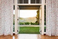 对刷新,绿色,自然风景风景视图的玻璃门开头 免版税图库摄影