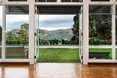 对刷新,绿色,自然风景风景视图的玻璃门开头 免版税库存照片