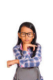 对前面的小女孩神色用在奇恩角下的手 免版税库存照片