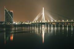 对办公楼Saules Akmens和缆绳被停留的桥梁Vansu的全景 免版税库存图片