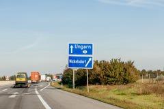 对匈牙利标志的入口,当留下奥地利高速公路时 免版税图库摄影