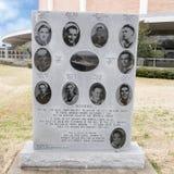 对十个男孩的战争纪念碑从达拉斯在有达拉斯纪念观众席的退伍军人纪念庭院里在背景中 免版税库存图片