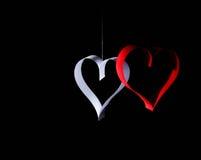 对华伦泰的日明信片s 白色和红色心脏由纸带做成 可能 免版税库存图片