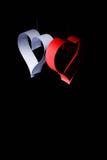 对华伦泰的日明信片s 白色和红色心脏由纸带做成 可能 免版税库存照片
