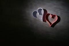 对华伦泰的日明信片s 白色和红色心脏由纸带做成 可能 免版税图库摄影