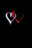 对华伦泰的日明信片s 白色和红色心脏由纸带做成 可能 库存照片