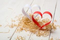 对华伦泰的日明信片s 白色和红色心脏由纸带做成 装饰卷曲刨花 免版税图库摄影