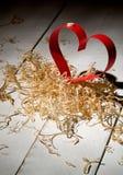 对华伦泰的日明信片s 白色和红色心脏由纸带做成 装饰卷曲刨花 免版税库存照片