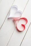 对华伦泰的日明信片s 白色和红色心脏由纸带做成 图库摄影
