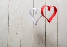 对华伦泰的日明信片s 白色和红色心脏由纸带做成 免版税库存照片
