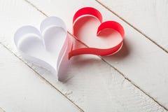 对华伦泰的日明信片s 白色和红色心脏由纸带做成 库存照片