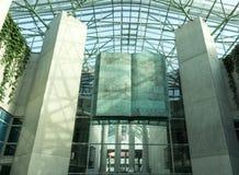 对华沙大学图书馆(BUW)的入口 内部看法 免版税图库摄影