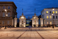 对华沙大学的门在晚上 免版税库存照片