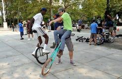 对单轮脚踏车的learing的nyc乘驾 库存照片