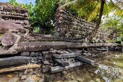 对南Madol -史前被破坏的石头墙壁的主要门  库存照片