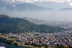 对博克拉市的看法从在Phewa湖附近的世界和平Stupa N的 免版税库存照片