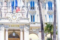 对卡尔顿旅馆的白天视图装饰了与劳力士wa的入口 图库摄影