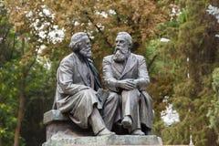 对卡尔・马克思和弗里德里希・恩格斯的纪念碑 库存图片