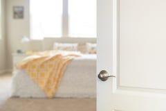 对卧室被打开的白色门 免版税图库摄影