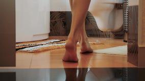 对卫生间的女孩步行来下沉 小的地毯 仅有的行程 任何地方 股票视频