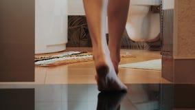 对卫生间的妇女步行来下沉 小的地毯 仅有的行程 任何地方 家 股票视频