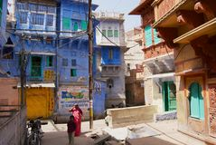 对历史传统上蓝色被绘的老住宅区大厦的看法在乔德普尔城,印度 免版税库存图片