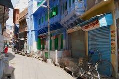 对历史传统上蓝色被绘的老住宅区大厦的看法在乔德普尔城,印度 免版税库存照片