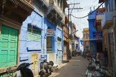 对历史传统上蓝色被绘的老住宅区大厦的看法在街市乔德普尔城,印度 库存图片