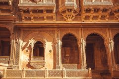 对历史印地安房子的入口有墙壁和阳台,印度的拉贾斯坦古老设计的  免版税库存照片