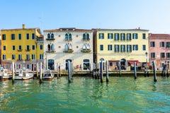 对历史的建筑学修造五颜六色的门面的白天视图  免版税库存图片