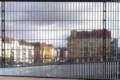 对历史的柏林公寓楼的反射的看法 免版税库存图片