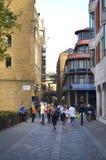 对历史的走道的看法通过与砖瓦房的美洲河鲱泰晤士在Bermondsey 库存图片