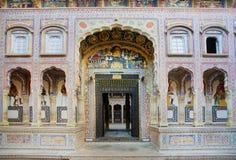 对历史豪宅Haveli的入口 库存照片