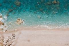 对原始海滩的鸟瞰图与岩石海湾和波浪碰撞 库存照片