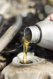 对发动机的倾吐的机器润滑油 库存图片