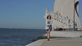 对发现的纪念碑在里斯本de 9月2015年圣塔玛丽亚贝拉母Padrao dos Descobrimentos,葡萄牙女孩walki 股票视频