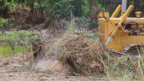 对取消地面的挖掘机平地机的未认出的工作者控制推土机 股票录像