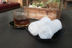 对受欢迎的客人,按摩手段温泉的白色有气味的滚动的湿毛巾 免版税库存图片