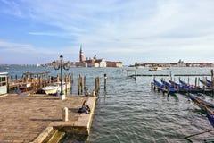 对口岸的白天视图与停放的坐小船和的夫妇近 免版税图库摄影