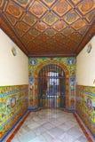 对古老塞维利亚房子的大门门廊 图库摄影