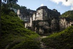 对古老废墟的一条暗藏的路 免版税库存图片