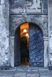 对古老廉价公寓打开铁门道入口在克拉科夫,波兰 库存图片