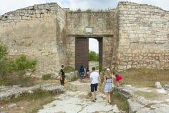 对古老洞城市的主要东部入口是超过十八个世纪,Chufut无头甘蓝 防御组织 免版税库存照片