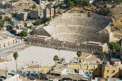 对古老罗马剧院的看法在阿曼,约旦 库存照片