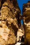 对古老Nabatean市Petra的Siq大门,约旦 狭窄的砂岩槽孔峡谷是自然通道暗藏的城市 U 库存图片