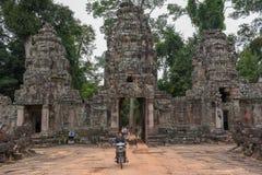 对古老Preah可汗寺庙的入口在吴哥,柬埔寨 免版税库存照片